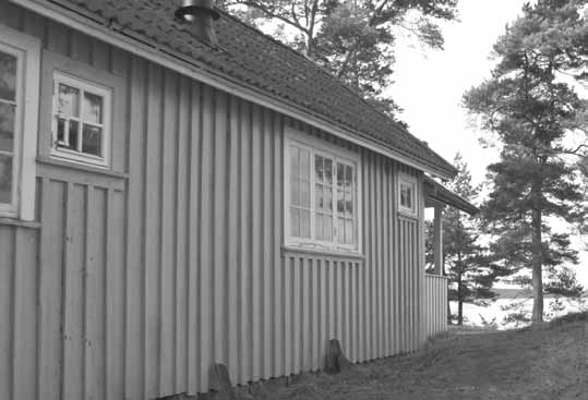 7km to swimming area in lake Lången. Alingsås 18km. 3 rooms and kitchen, 60m², 5 beds. Fully-equipped kitchen, small stove, refridgerator, micro, shower/wc. Canoe available for loan. No smoking.